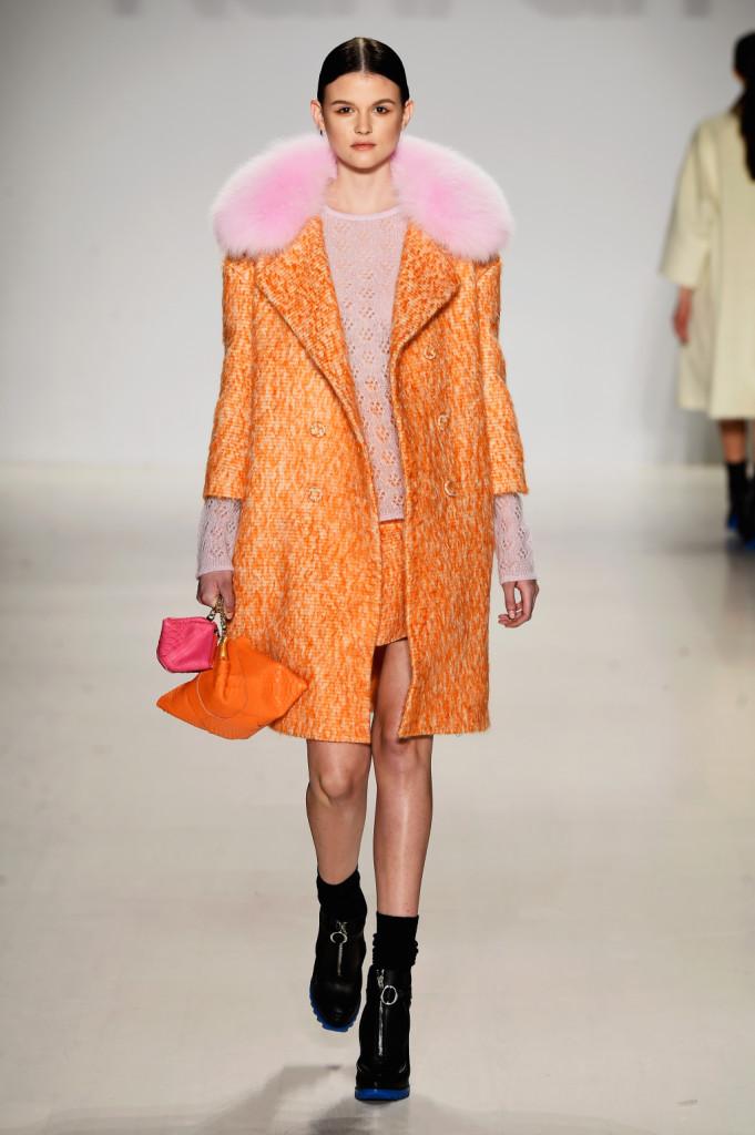 E' completato da un morbido collo in pelliccia rosa il cappotto orange Ranfan
