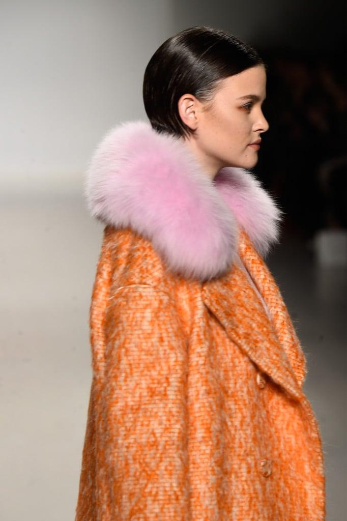 Un dettaglio del cappotto con collo in pelliccia di Ranfan