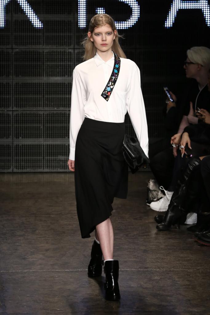 Intramontabile bianco e nero sulla passerella DKNY