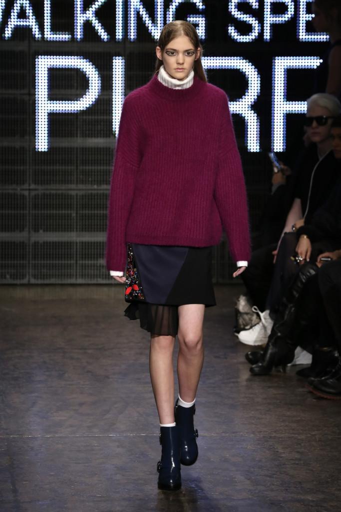 E' ampissimo il maglione DKNY, da portare con la gonna slim