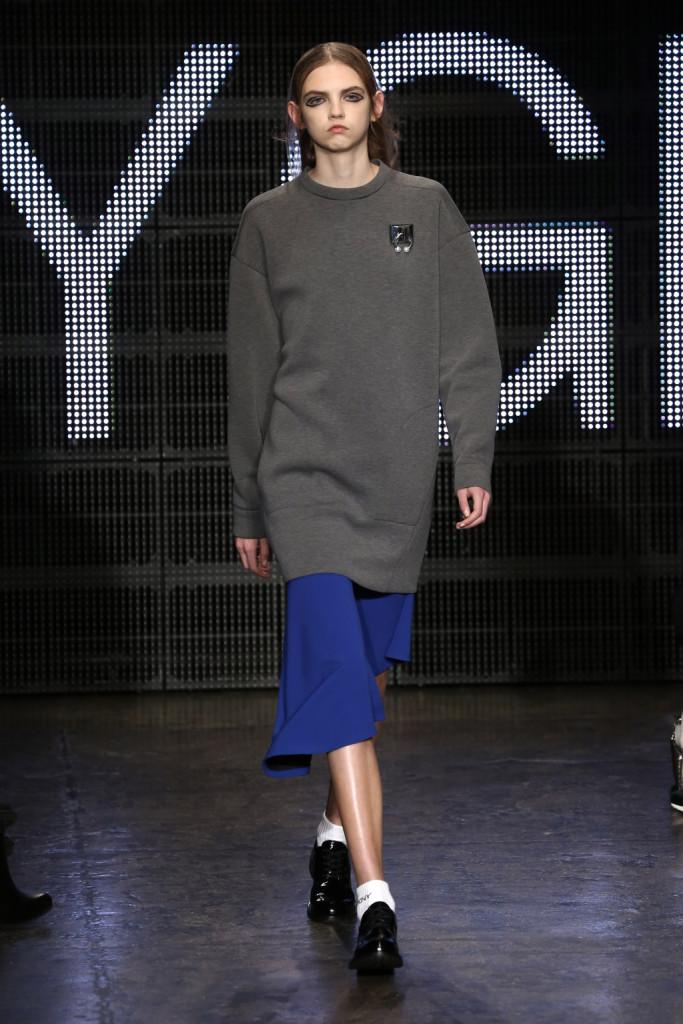 Il maxi-pull rende perfetto il look firmato DKNY