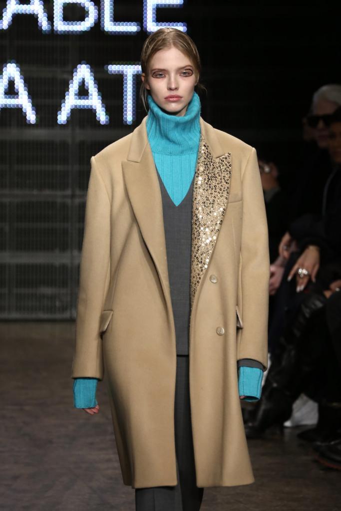 Un tocco di colore spunta dall'outfit rigoroso, DKNY