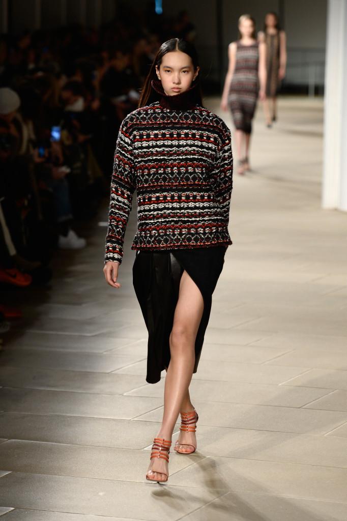 Maglione e spacco supersexy per un look insolito e femminile