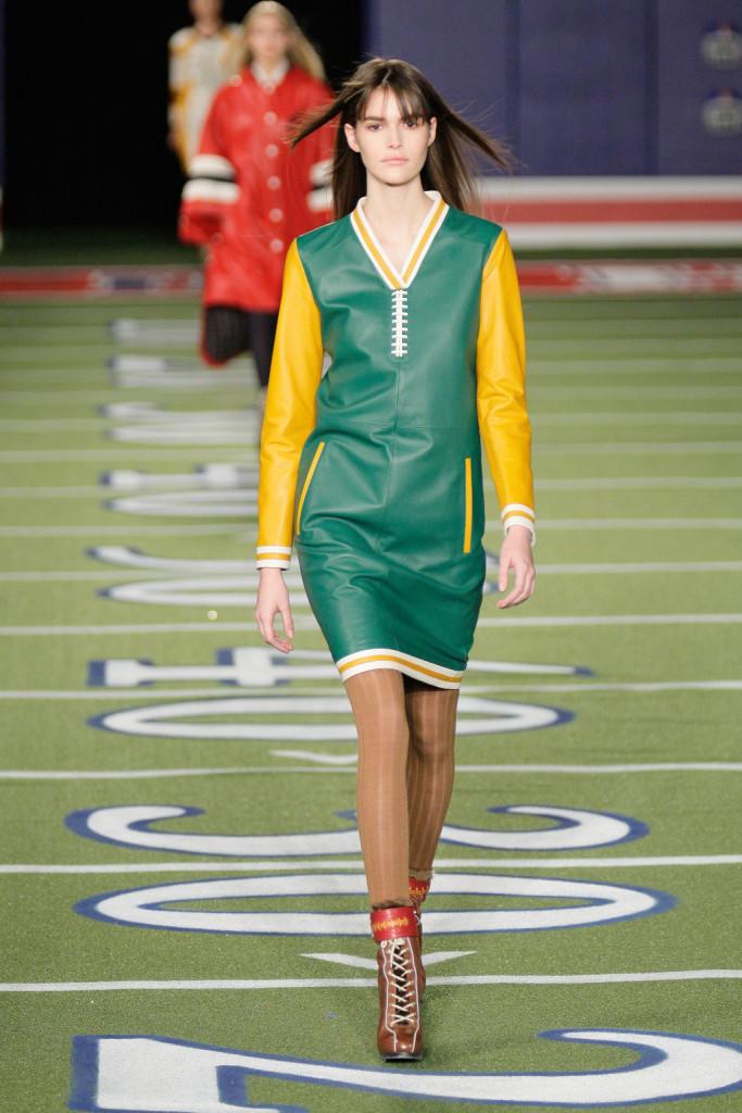 La rifinitura dell'abitino green riprende la cucitura del pallone ovale. Per vere appassionate