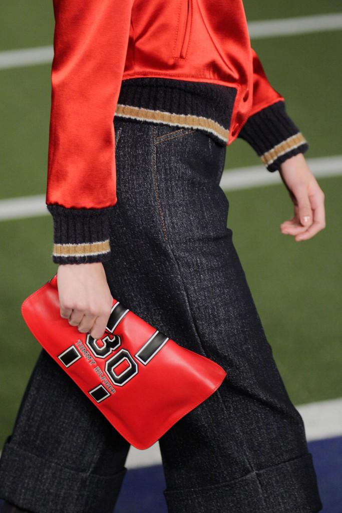 Il tema sport torna anche negli accessori, compresa la clutch rosso squillante