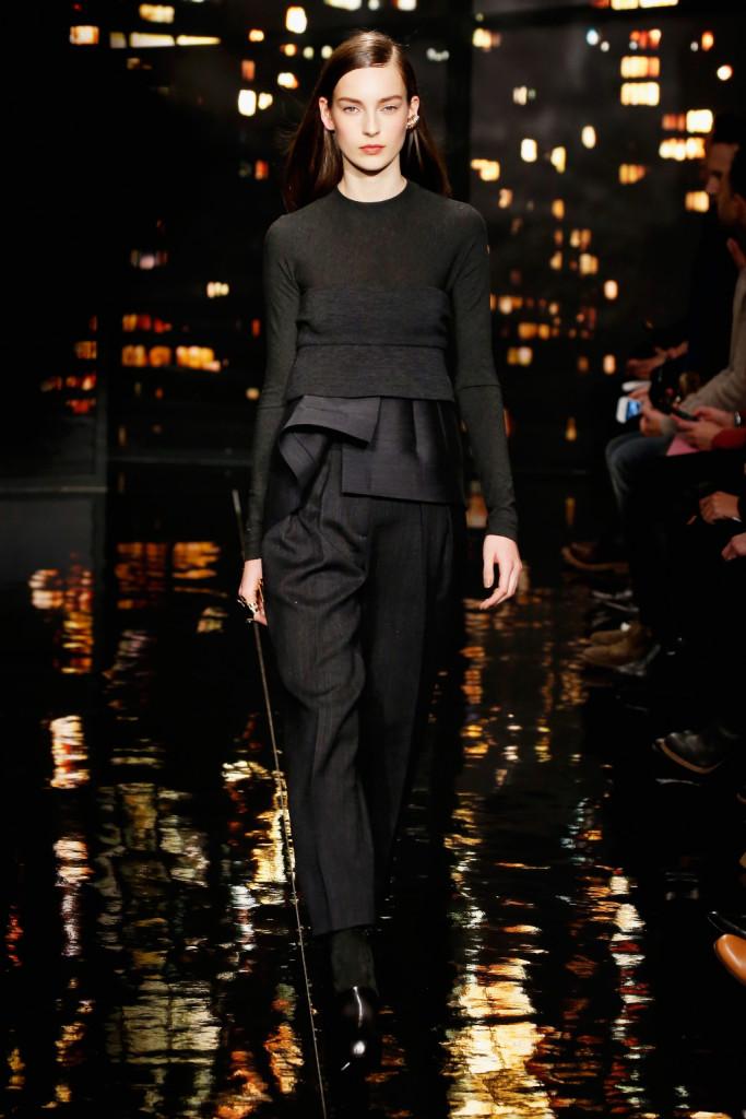 Donna Karan FW 2015-16 _ Pantalone con maglia a manica lunga dai volumi e dalle forme geometriche
