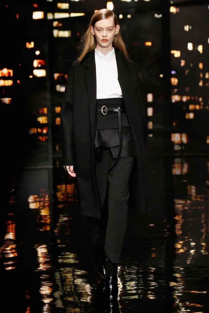 Donna Karan FW 2015-16 _ Gioco di volumi reso possibile dal cinturone indossato sopra ad un pantalone regular e al cappotto oversize