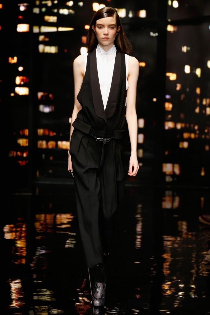 Donna Karan FW 2015-16 _ Una tuta nera con cintura sulla vita e camicia senza maniche