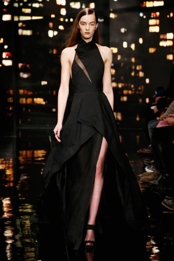 Donna Karan FW 2015-16 _ Abito lungo nero con collo alto e trasparenza tono su tono. Un abito dalle forme geometriche che crea volume grazie alle sovrapposizione di tessuti