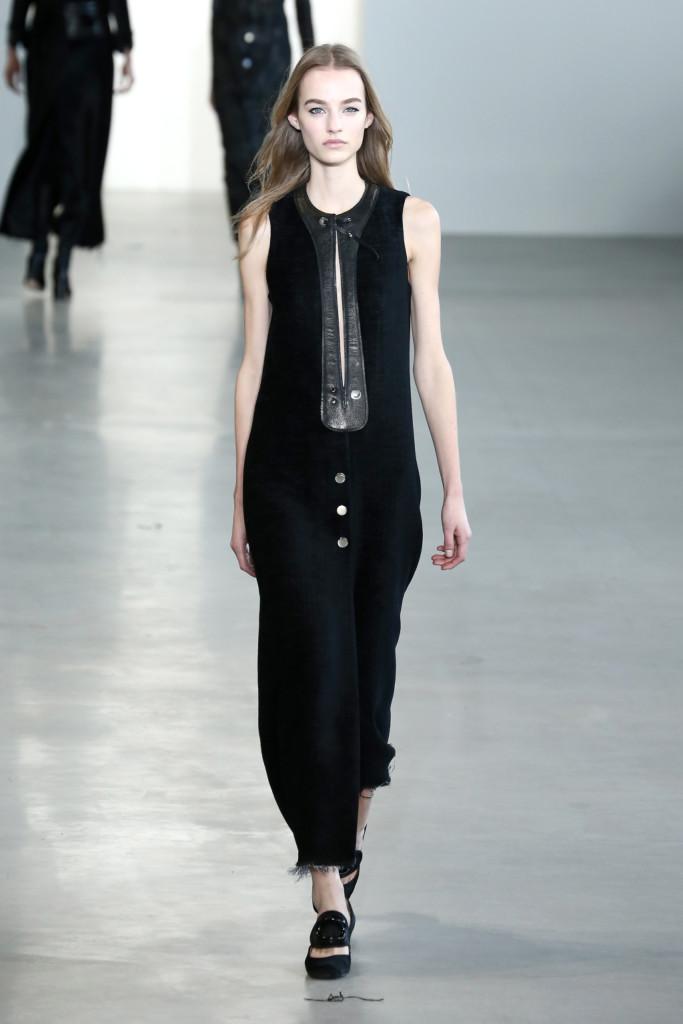 Pelle, latex e un'attenzione ossessiva ai materiali sono il fil rouge della Calvin Klein Collection FW 2015/2016