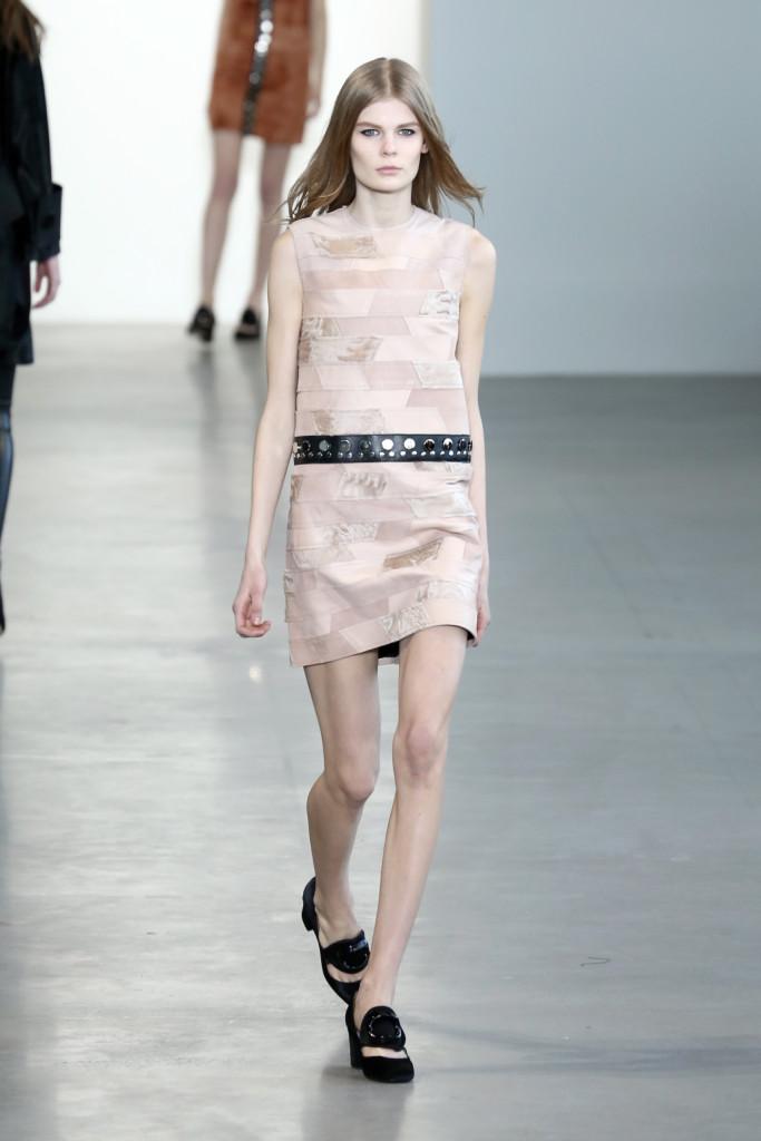 Calvin Klein Collection - Abito con lavorazione a tessera di mosaico e fascia in pelle con borchie sulla vita