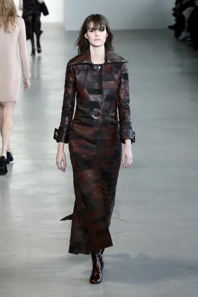 Calvin Klein Collection ptopone una donna che è allo stesso tempo mistress e slave