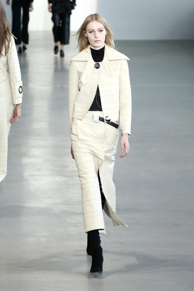 Calvin Klein Collection - Gonna e giacca color latte c on cintura in pelle e bottone che ricorda una borchia