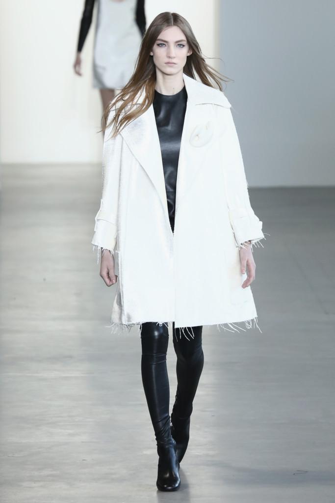 Calvin Klein Collection - Cappotto bianco abbinato a maglia e pantaloni in pelle