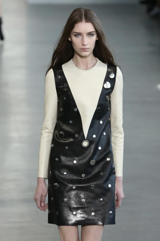 Calvin Klein Collection - Abito in pelle nera e color latte con borchie di varia grandezza