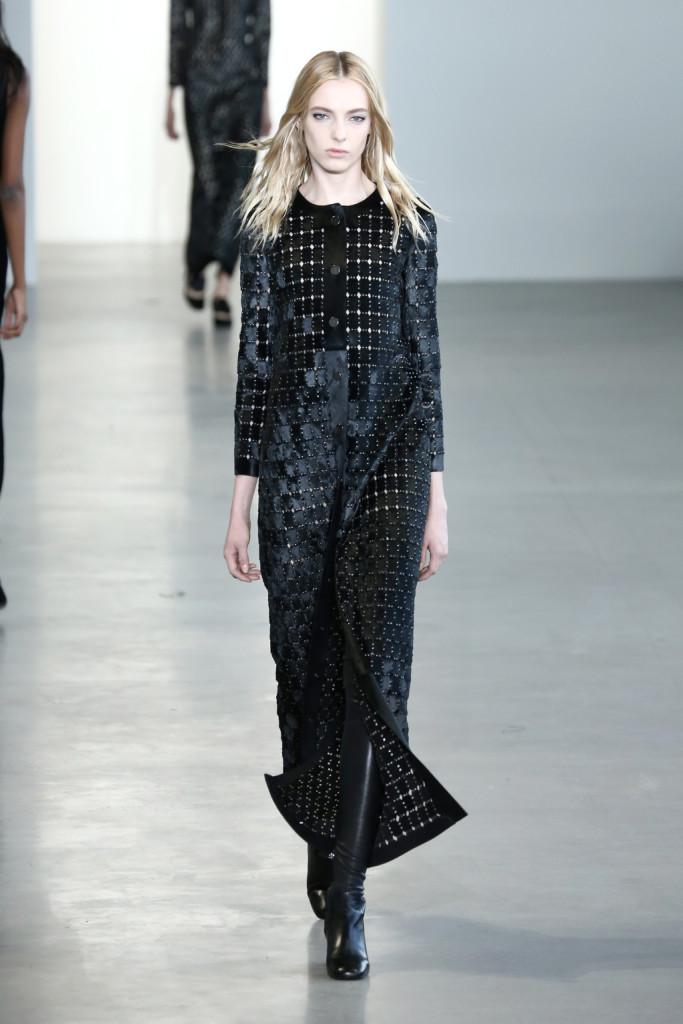 Calvin Klein Collection - Abito lungo con abbottunatura nella parte anteriore. Tessuto in velluto con fantasia geometrica