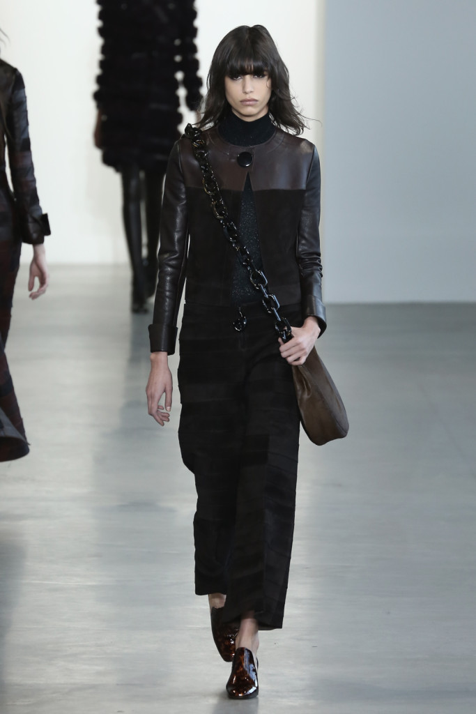 Calvin Klein Collection - Giacca in pelle e velluto abbinata ad un pantalone largo e mocassino marrone lucido.