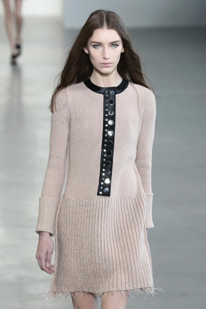 Calvin Klein Collection - Abito a manica lunga in filato con dettaglio in pelle e borchie lungo il collo