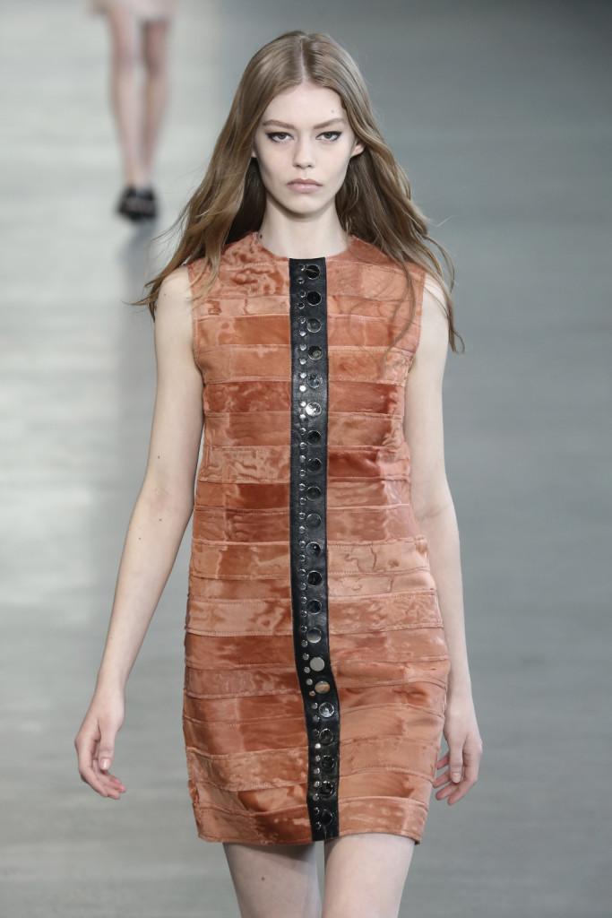 Calvin Klein Collection - Tubini stile anni 70 con inserto in pelle e borchie. Lavorazione a tessera di mosaico