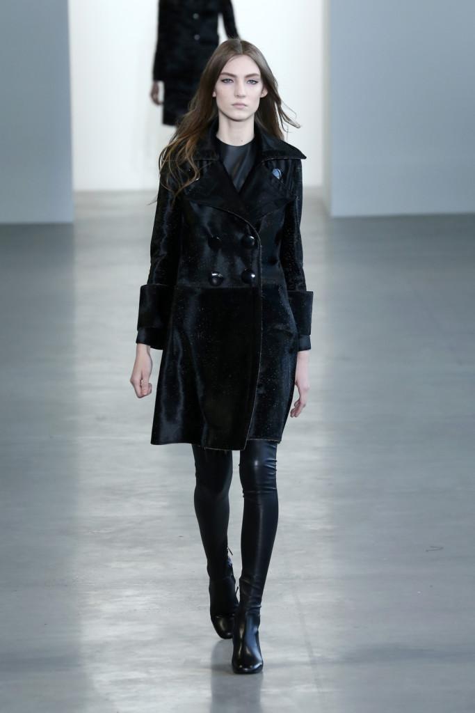 Calvin Klein Collection - Cappotto nero in velluto con pantaloni in latex