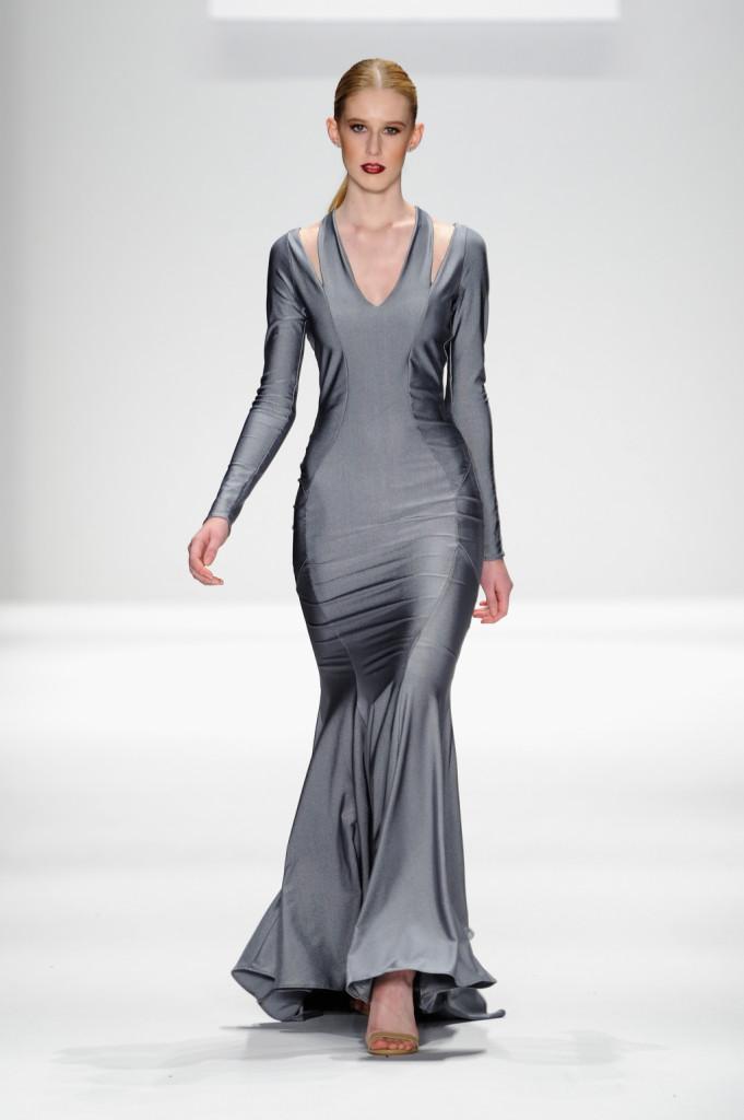 Abito sirena argentato sulla passerella di Art Hearts Fashion Presented By AIDS Healthcare Foundation - Runway - Mercedes-Benz Fashion Week Fall 2015