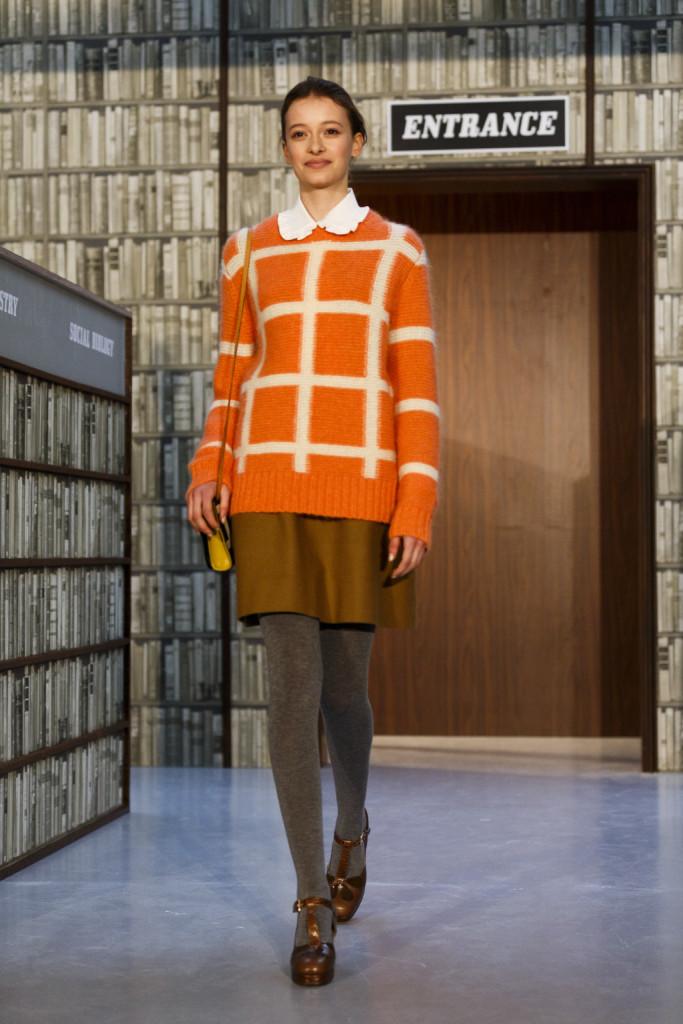 Lo stile Seventies di Orla Kiely si muove tra gli scaffali della biblioteca del Radcliffe College
