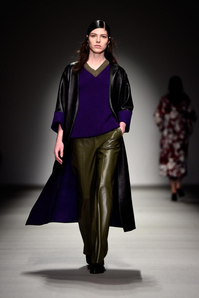I maxi cappotti in pelle con interno a contrasto sono uno dei capi più belli della collezione FW 2015/2016 di Lucas Nascimento