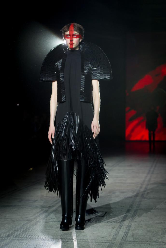 La collezione FW 2015/2016 di Gareth Pugh è rigorosamente all black