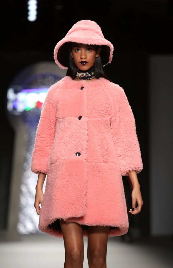 Una morbida pelliccia rosa per l'inverno firmata Ashley Williams