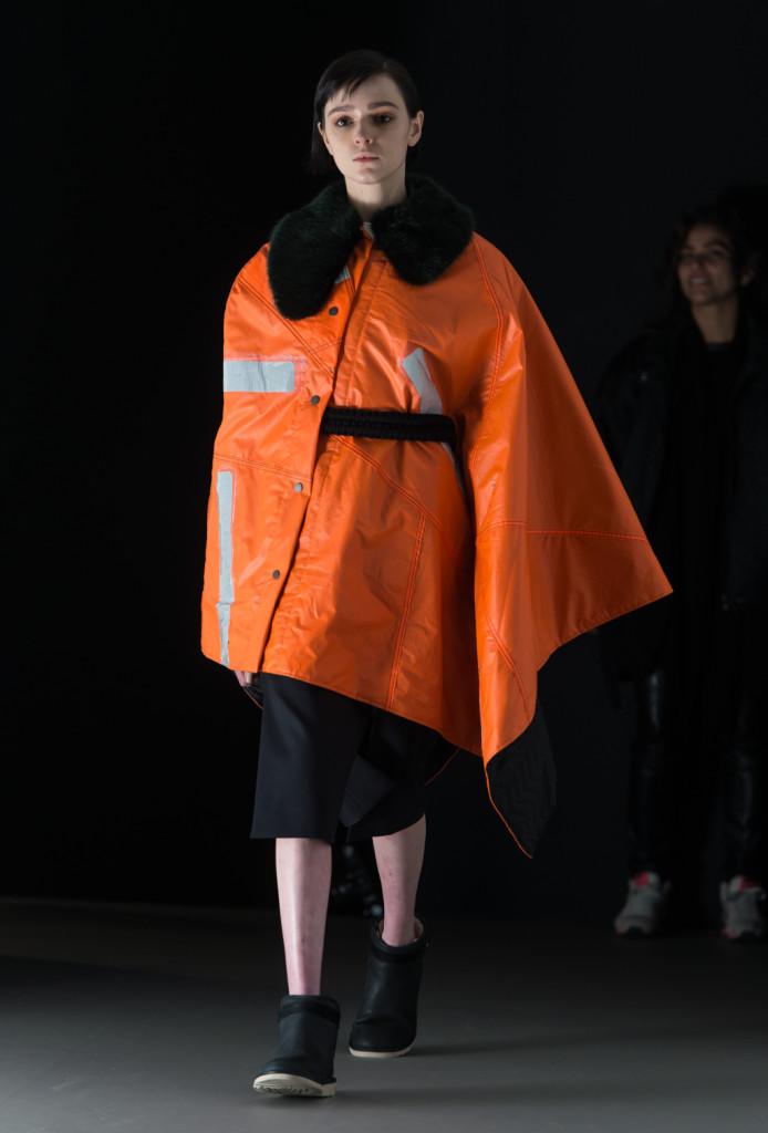 La tuta da operatore stradale diventa fashion: succede sulla passerella di Christopher Raeburn