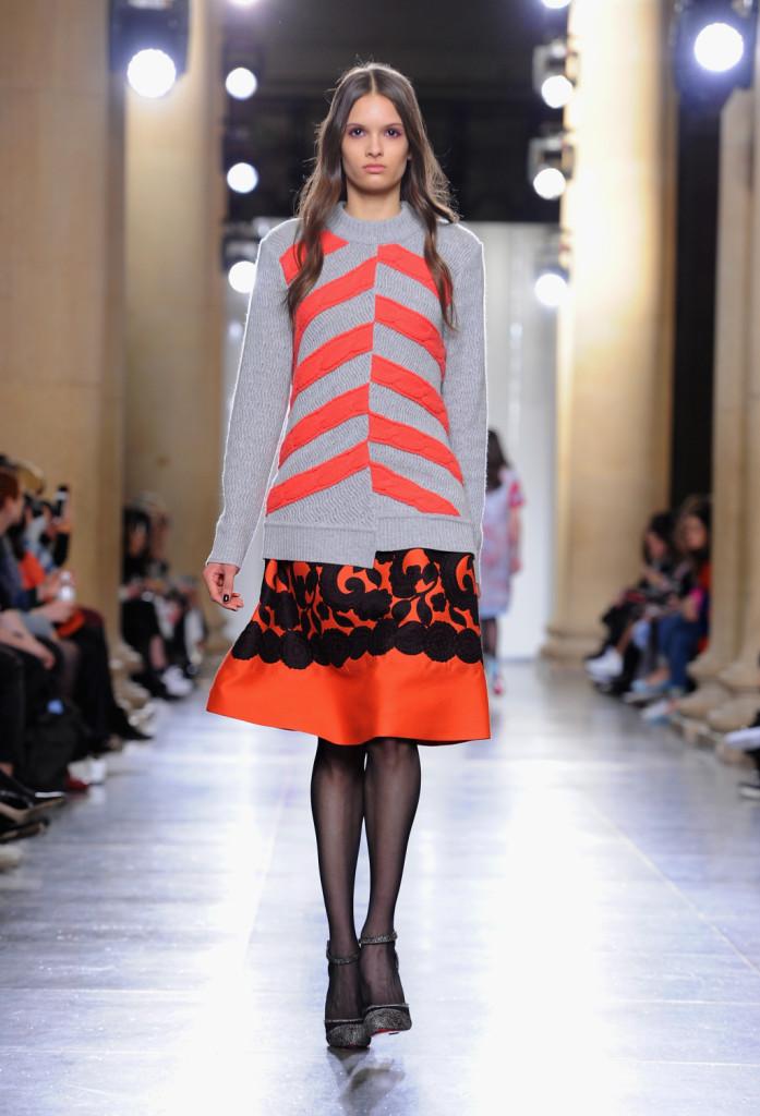 Contrasti: la gonna girlie con fiori si indossa con il maglione over a righe