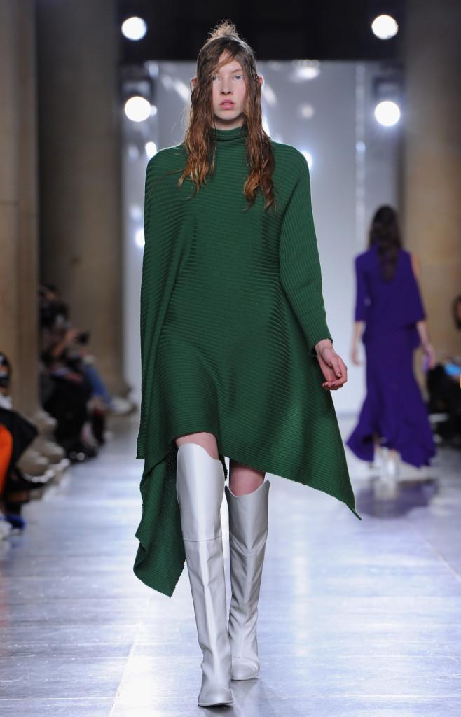 Verde smeraldo e asimmetrie, per un abito da completare con stivali argentei