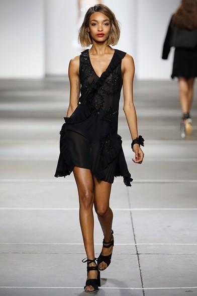 Applicazioni preziose sull'abito nero