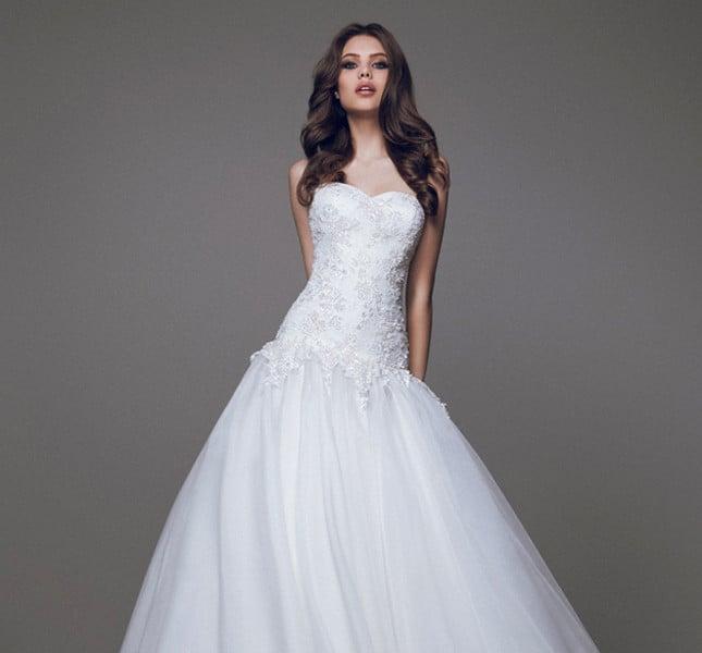 Corpetto ricamato e vita bassa per l'abito giovane e frizzante di Blumarine, per la sposa sotto i trent'anni.