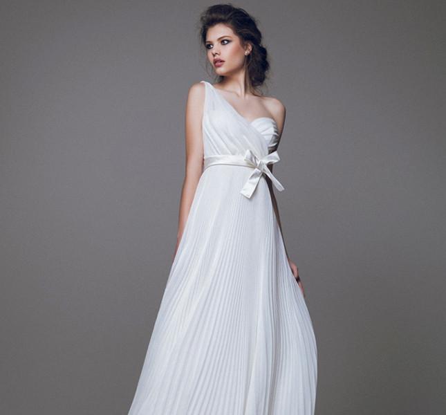 Richiamo agli anticih greci per l'abito peplo di Blumarine, in tessuto impalpabile e fiocco in vita. Blumarine bridal collection 2015.