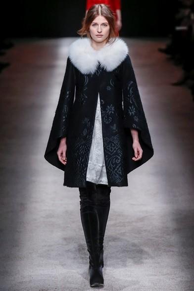 Cappotto corto con manihe sfasate e collo di pelliccia, stivali di vellu
