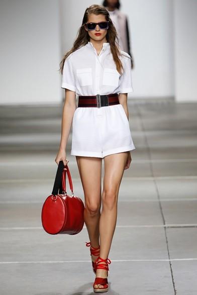 Cintura elastica a stringere la maxi camicia bianca