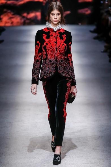 Completo di velluto damascato rosso e nero