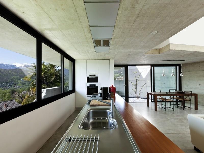 Cucina luminosa a ridosso della vetrata