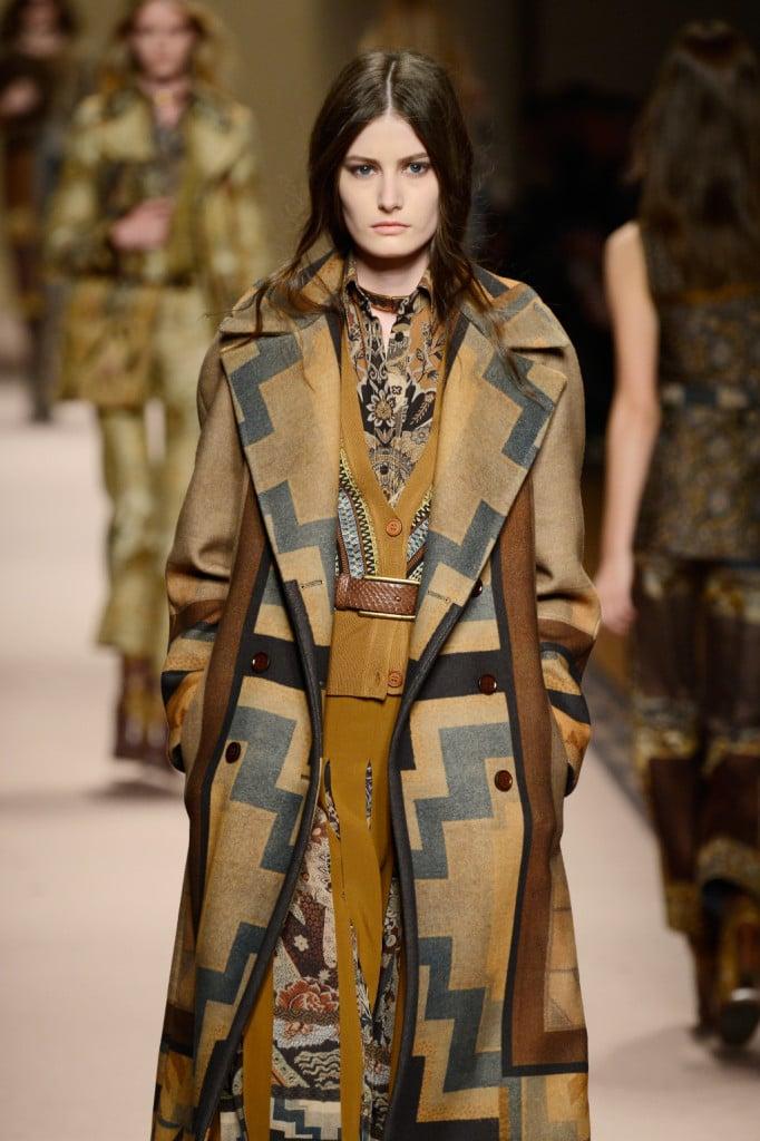 Jacquard, velluto, seta stampata, motivi ad arazzi declinati su abiti, pantaloni e cappotti.