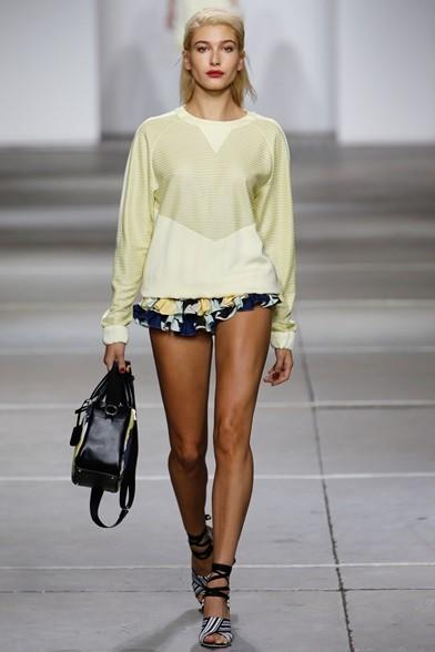 Felpa gialla su mini shorts fiorati