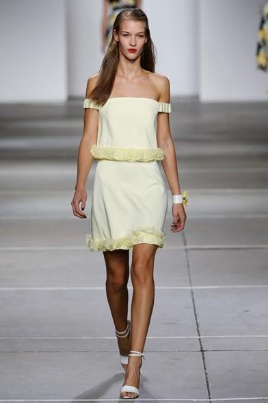 Femminilità glamour per l'abitino giallo