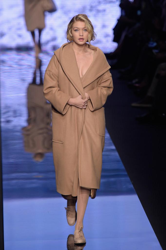 190c5403e7cc ... Il cappotto cammello rimane grande protagonista anche della collezione  Max Mara ...