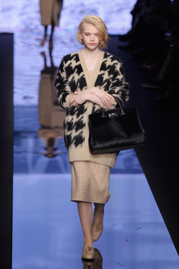 ... I mocassini con nappine sono protagonisti da Max Mara · Pelliccia  dettaglio di stile · Pied de poule che decora il maxi cardigan ... 998ed21f99d