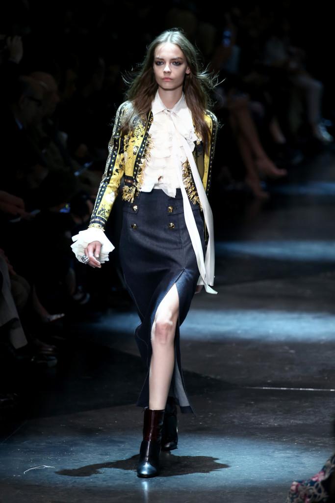 Il french style trna nei polsini ricchi e nelle decorazioni sulle giacche