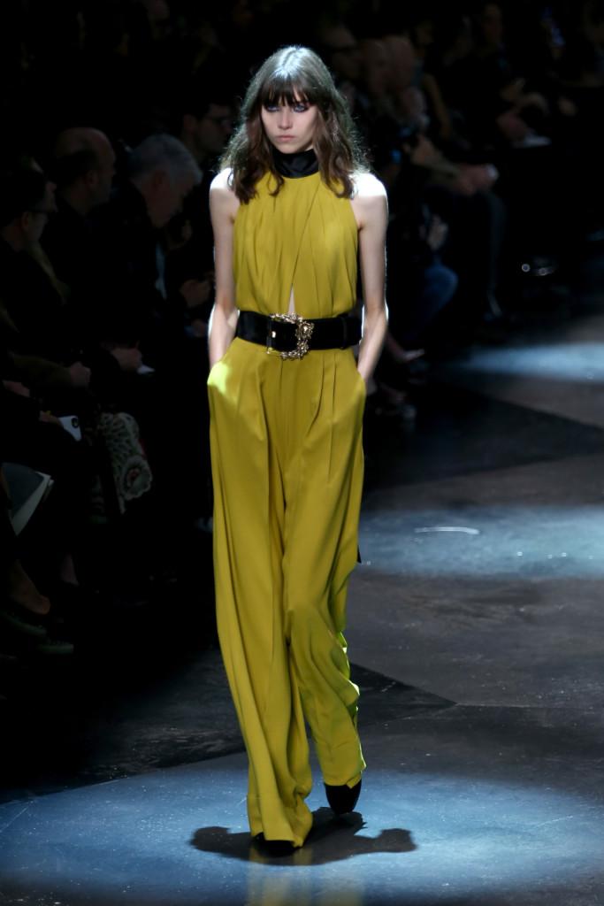 Jumpsuit giallo senape: l'effetto tinta uniata è spezzato dalla cintura alta nera