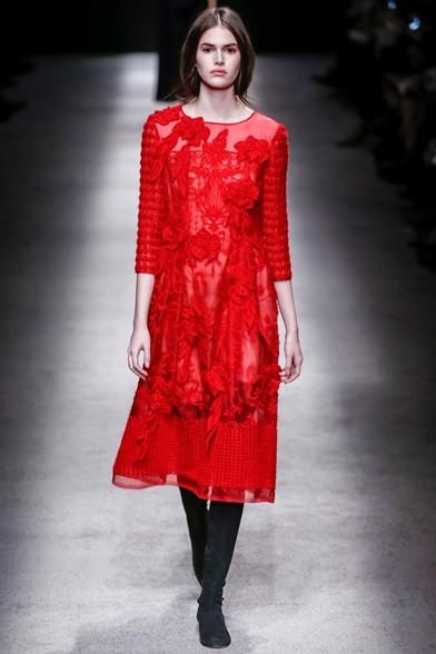 Gioco di applicazioni e trasparenze per l'abito rosso