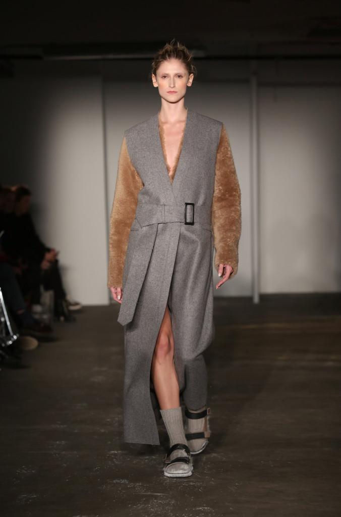 Cappotto lungo grigio con cintura in vita, smanicato