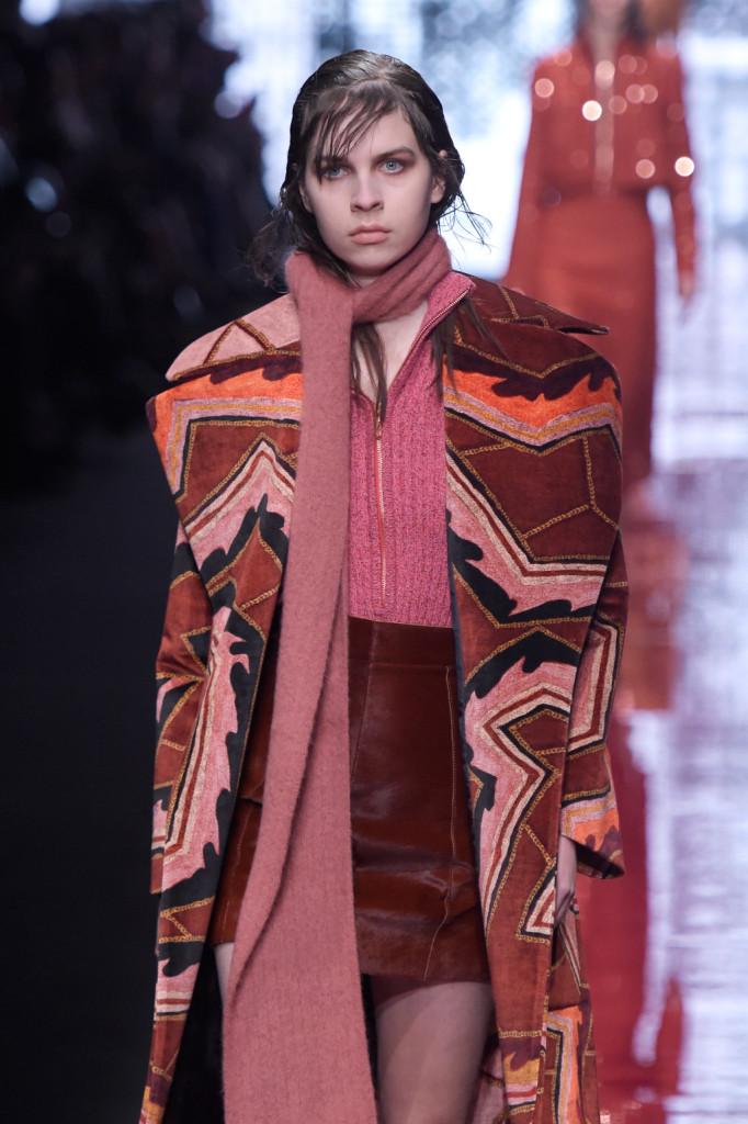 Le fantasie geometriche e simmetriche corrono su abiti e cappotti