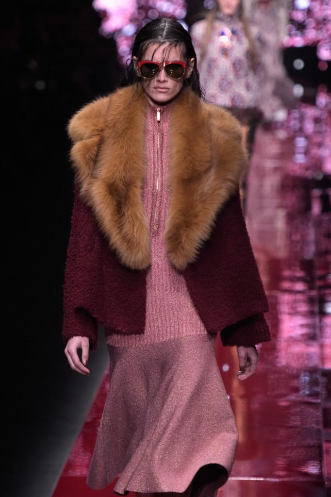 Cappotti A line in pelliccia optical art e abitini nelle varie declinazioni di rosso